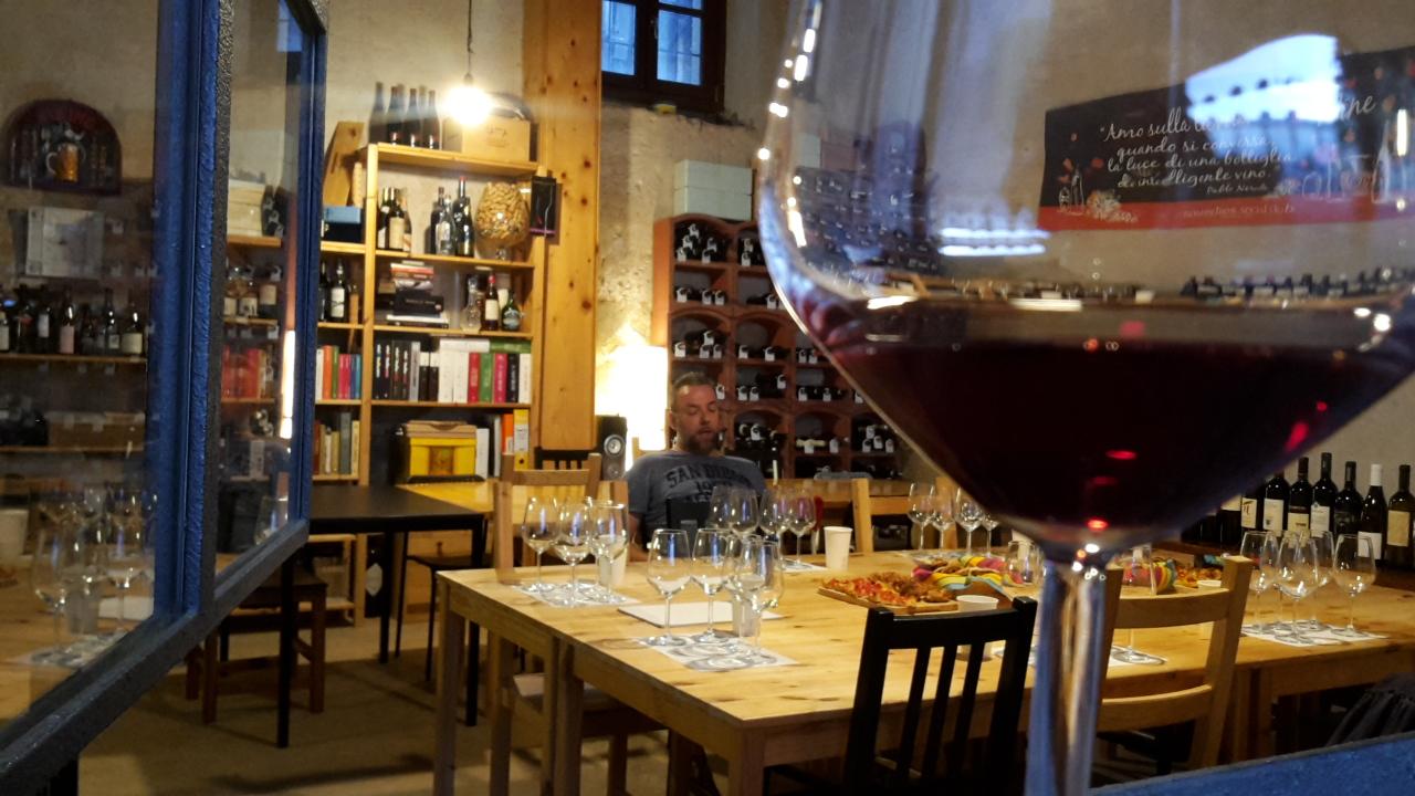 Sommelier Social Club, Nerviano, Milano. Calice di vino rosso